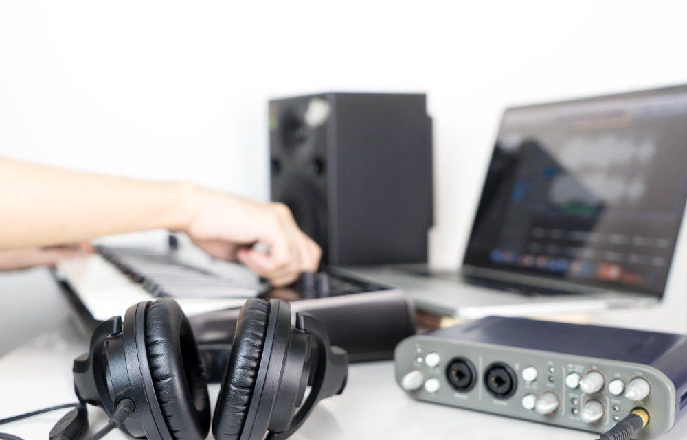 Produzione musicale in home studio: cosa non deve mancare?
